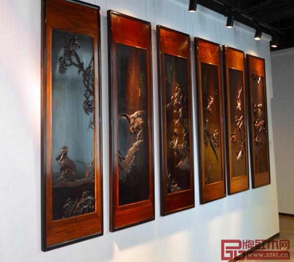 深圳丝翎檀雕是一种民间创新木雕技法,是运用独创的铁笔丝翎技法、结合传统木雕的工艺,将工笔国画经过再创造并以浅浮雕的形式立体呈现在檀木上的高端木雕艺术