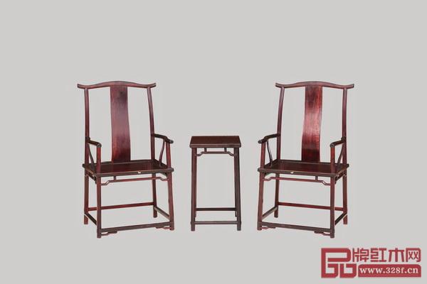 """东莞国寿红木《世外桃源·君尚衣柜》   正是这种向往,促进了传统家具的改良和当代艺术红木家具的设计萌芽,推动消费市场向前演变,兼顾实用性和艺术性成为当前红木家具市场的基本要求。   区别于收藏型的艺术红木家具将艺术性最大化,从而创造更经久传世、有代表意义的艺术价值,""""市场""""的艺术红木家具追求与生活方式、生活空间的融合,讲求美得舒适、健康,美得有品质、有格调、有个性,它的艺术性要照顾或服务使用体验。""""家具源于生活,也要服务于生活"""",红古轩创"""