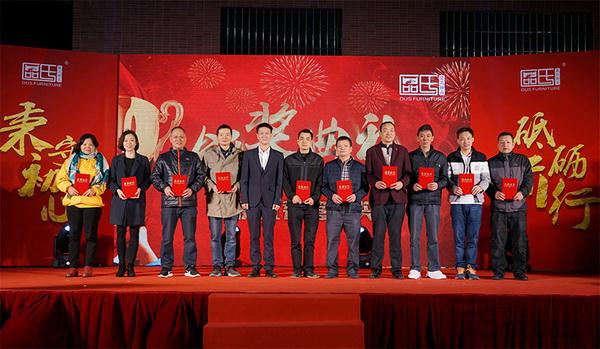 区氏臻品总经理区锦泽(左五)为年度优秀管理奖获奖者颁发荣誉证书