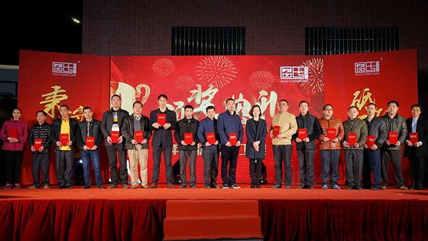 区氏臻品副总经理李艳霞(右八)为年度优秀员工颁发荣誉证书