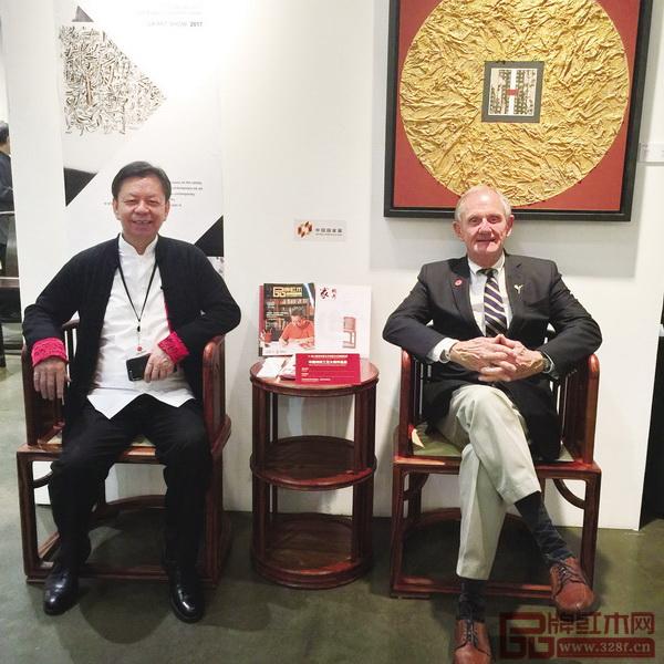 美国艺术名流与中国传统工艺大师、国寿红木董事长陈国寿(左)落坐《国寿椅》
