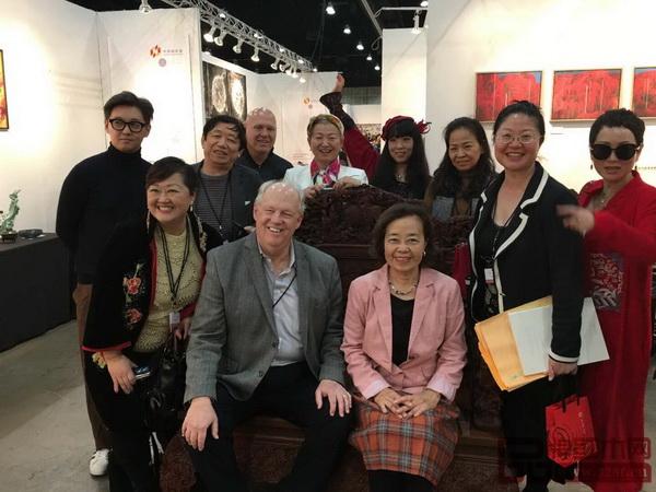 美国好莱坞电影导演、世界著名电影特殊音效编导与设计专家理查德·安德森(前左二)落坐《中国梦和谐宝座》
