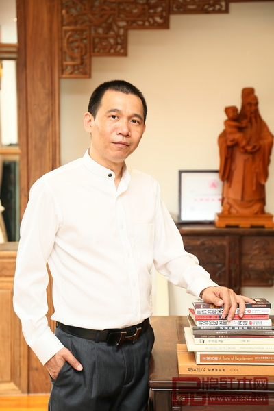 中山市波记家具有限公司董事长、中国传统工艺大师伍建波