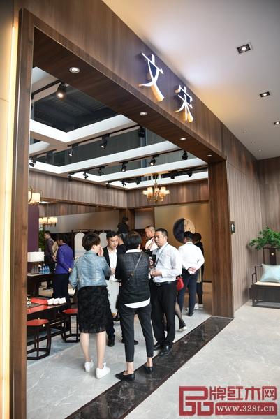 客商与东成红木工作人员洽谈合作