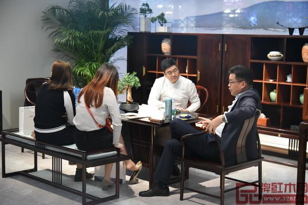 客商与东成红木营销副总经理曾东阳(右二)洽谈合作