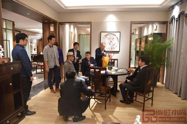 """红木家具行业专家学者在参观东成红木当代中式品牌""""文宋""""体验馆"""