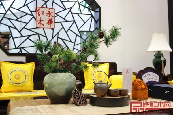 广州永华红木在展位上使用了大量的绿植打造出生活化的场景