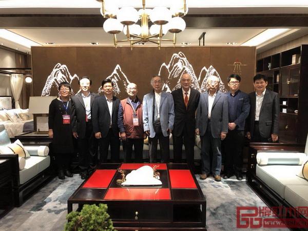 """红木家具行业专家学者在东成红木当代中式品牌""""文宋""""体验馆合影留念"""