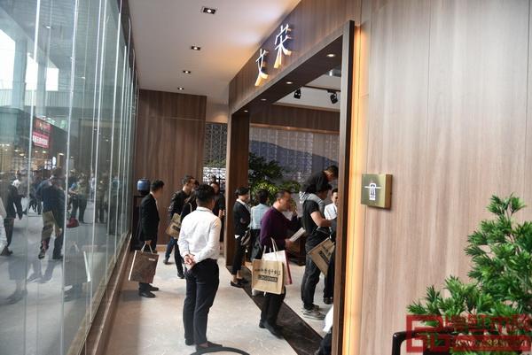 东莞名家具展3号馆3K07东成·文宋展馆门口挤满了家居爱好者
