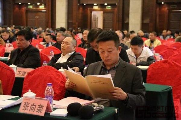 中国传统工艺大师、东阳市红木家具行业协会常务副会长、明堂红木创始人张向荣受邀出席大会