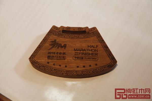 明堂红木以战国玉佩为灵感设计的横马完赛奖牌