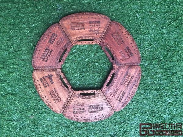明堂红木设计制作的横马完赛奖牌创意十足