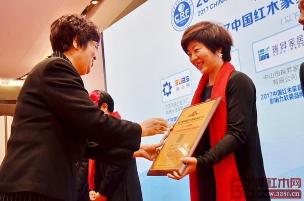 瑞昇家居总经理饶颖接受奖牌