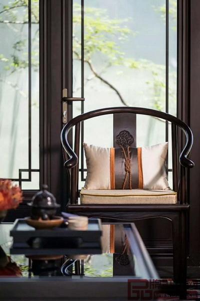 很多红木家具品牌,尤其是做新中式风格产品的,展馆都格外重视整体软装