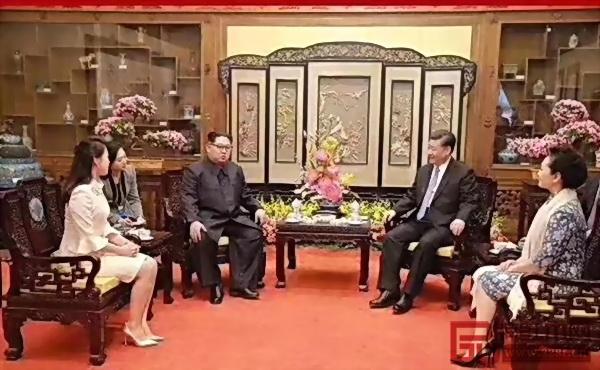 国家主席习近平和夫人彭丽媛在钓鱼台国宾馆养源斋与金正恩和夫人李雪主,四人落坐中国红木家具