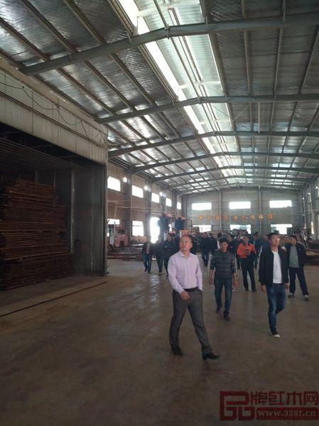 2018年3月28日,东阳市近百家优秀红木企业代表到新明红木参观学习