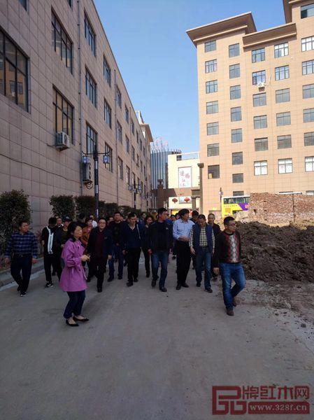张新民带领东阳市优秀企业代表参观厂区