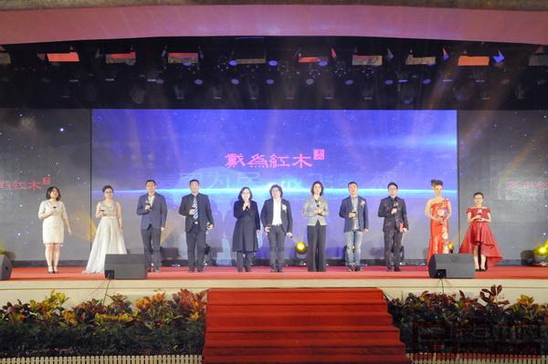 戴为红木中高层领导与北京泓文博雅艺术馆馆长潘海英女士( 左五) 一起上台祝酒