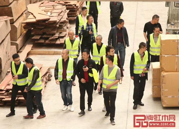 3月29日,东阳市画水镇领导带领红木家具企业家,参观学习了豪族旺家节能环保设施设备