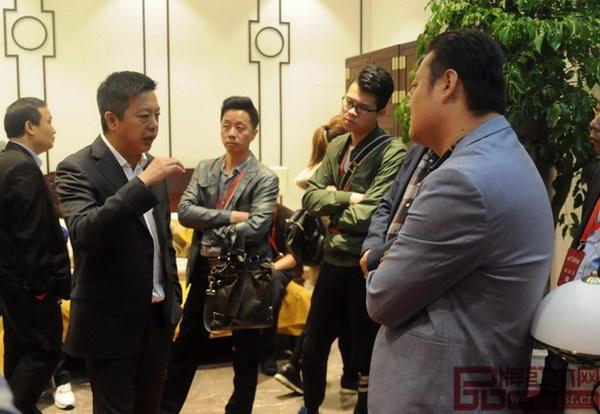 中国传统工艺大师、明堂红木创始人张向荣(左二)向经销商家人们分享明堂红木品牌新理念