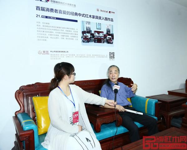 昊园家具《绍氏紫檀·忆江南沙发》得到了全联艺术红木家具专业委员会专家顾问、中国明式家具研究所原所长濮安国(右)的高度赞誉
