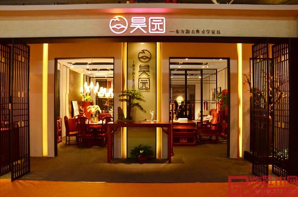 昊园家具中山红博会展位装修质朴而高雅,充满浓郁的文化气息