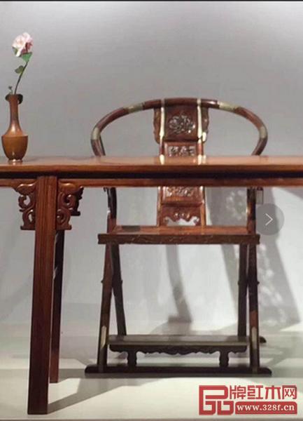 展出的海南黄花梨木制交椅和长案