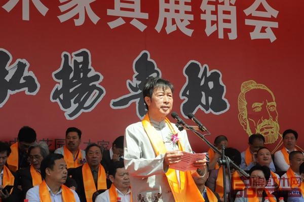 中国经营管理大师、浙江省红木产业协会副会长、花园红木开发公司董事长邵钦培在开幕式现场致辞