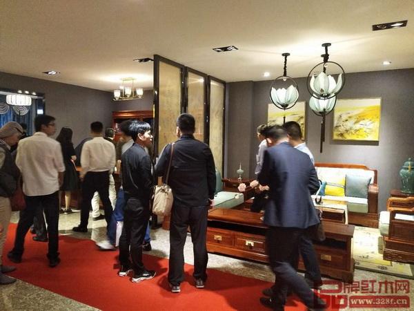大东家红木安排所有经销商对大东家红木的展厅、工厂做一个全面的考察