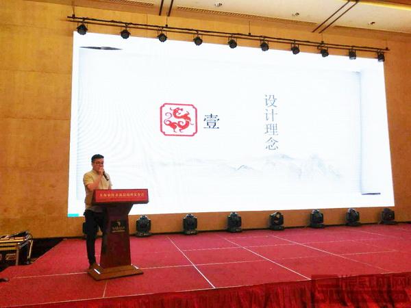 大东家红木首席设计师王琴童结合大东家红木新品设计理念、设计思路以及设计风格为现场经销商做细致的讲解