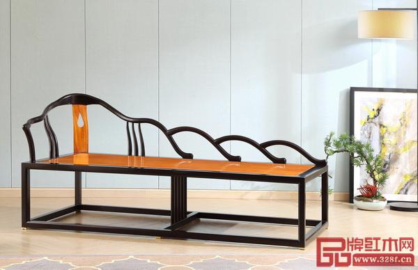 结合家具的功能,《境观》系列以造型多样的花窗借景,光滑如镜的表面投下线条倒影,美景中又有一番巧景