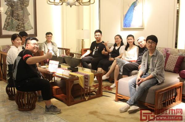 安徽淮南师范学院产品设计系学生考察团在红古轩展厅内参观,感受新中式家具魅力