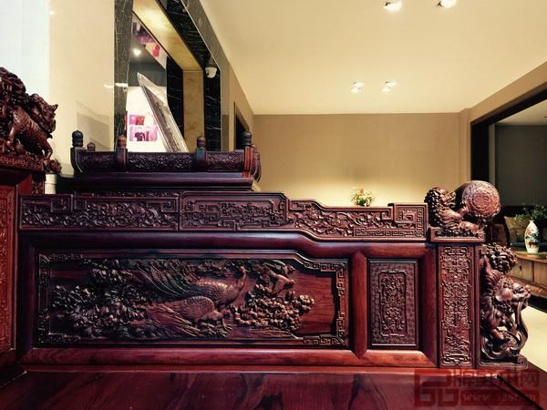 """《王者归来罗汉床》床围部分,雕刻题材为对称""""神鸟报春图"""""""