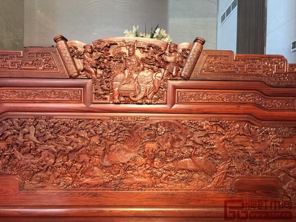 《王者归来罗汉床》雕刻主题为百鸟朝凤,床围靠背板部分,正中为神鸟凤凰,寓意富贵吉祥