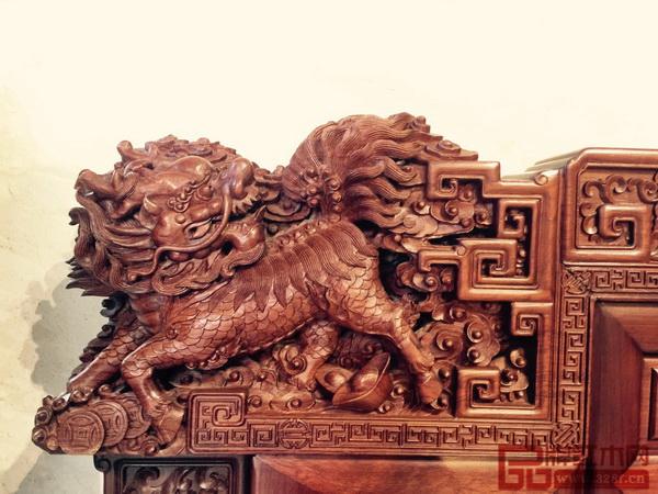 """《王者归来罗汉床》靠头以瑞狮为头端,雄狮自古有""""辟邪纳吉""""的寓意,彰显使用者的高贵不凡"""