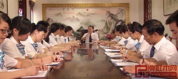 御乾堂红木董事长马海军(中)在公司中层会议上强调:重质量、重品牌、重诚信、重服务