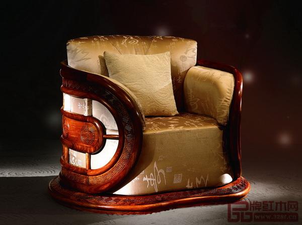 红古轩《风云沙发》具有包围感的造型,大胆的软体使用,如同头等舱一般舒适的坐感