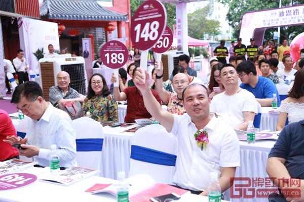 拍卖会现场竞买人频频抢筹,叫价举牌此起彼伏,活动高潮迭起 深圳市第八届红木艺术品慈善拍卖会现场气氛热烈