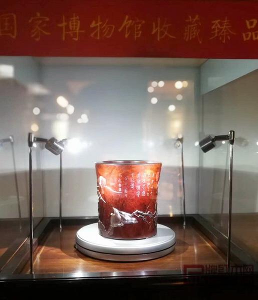 深圳泰和园被国家博物馆永久收藏的《寒雀图》笔筒