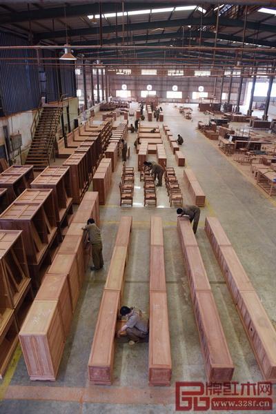 标准化是衡量红木企业能否向前迈步的指标,不仅要注重产品标准的制定和贯彻,也要注重与产品标准配套的其他技术标准、管理标准和工作标准(国寿红木供图)