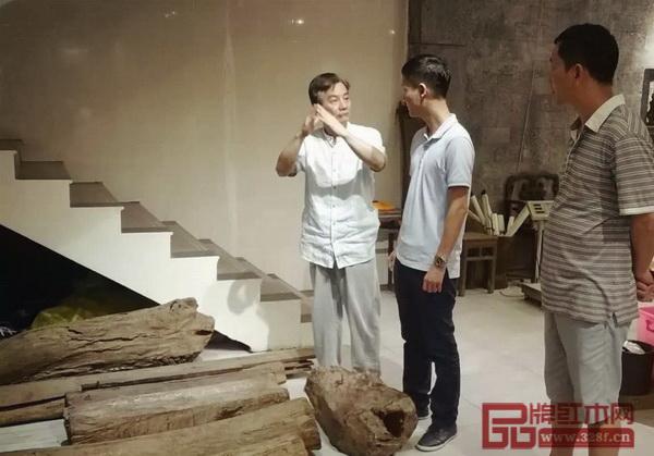 海南花梨文化研究会会长张志扬(左一)与区氏臻品总经理区锦泽(中)交流海南黄花梨知识文化