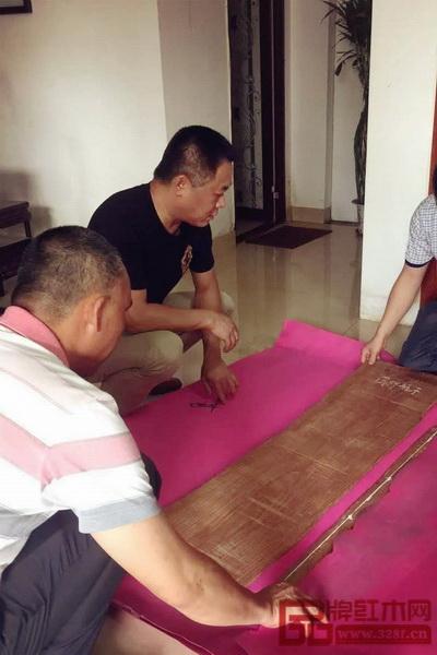 区氏臻品团队拿出提前准备好的家具图纸,与海南黄花梨进行尺寸测量