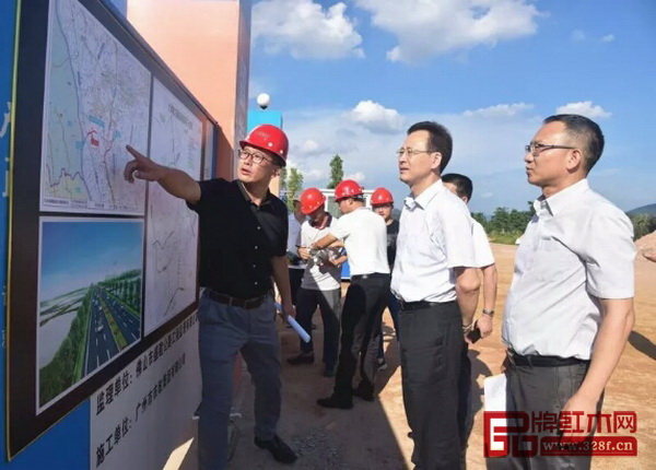 中山市市委常委、常务副市长杨文龙听取该工程负责人对工程进度情况的汇报