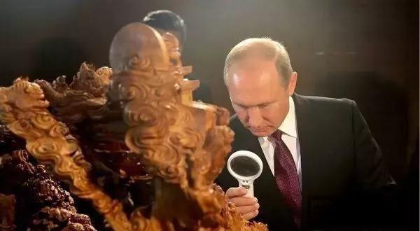 俄罗斯总统普京观赏莆田木雕作品《事事如意》