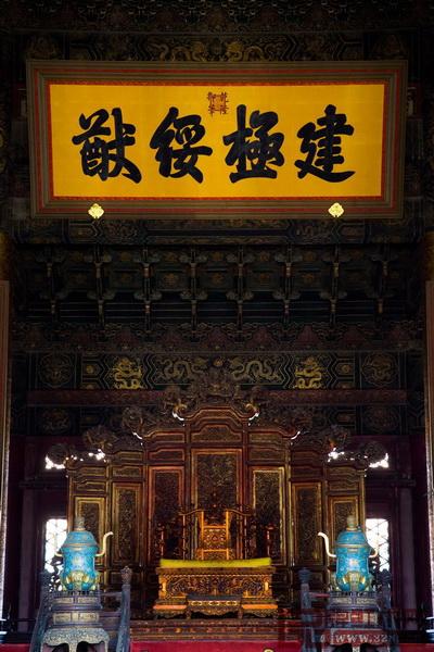 故宫太和殿内的金龙宝座与屏风