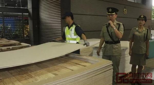 2018年6月5日,香港海关截获5.7吨紫檀原木现场(图片来源:HongKong Customs)