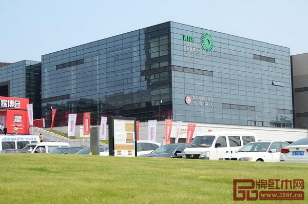 第四届中国(东阳)木雕红木家具交易博览会在东阳中国木雕城国际会展中心举行