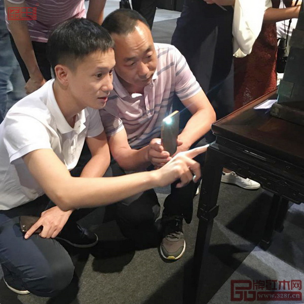区氏臻品总经理区锦泽(左一)带领团队参观香港国际古玩展