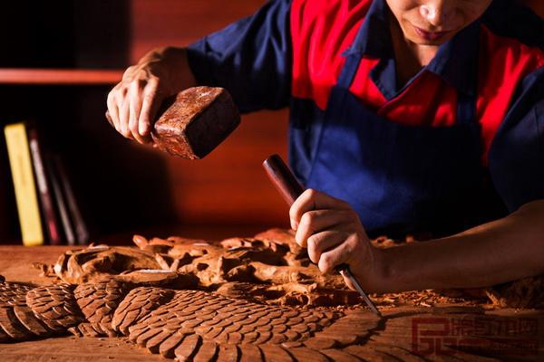 永华红木木匠们的精雕细刻