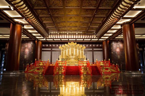 永华红木制作的雕龙髹金大椅